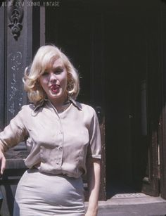 Never-before-seen picturess Marilyn Monroe pregnant by Yves Montand. The shots were taken on July outside Fox Studios in New York after Monroe had completed costume and hair tests for her film The Misfits, starring Clark Gable and Montgomery Clift . The Misfits, Marilyn Monroe Pregnant, Fotos Marilyn Monroe, Ami James, Yves Montand, Norma Jeane, Iconic Movies, Steve Mcqueen, Classic Beauty