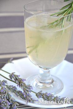 Limonata al miele, lavanda e rosmarino - Lemonade with honey, lavender and rosemary http://ilmacinacaffe.blogspot.it/2013/07/limonata-al-miele-lavanda-e-rosmarino.html