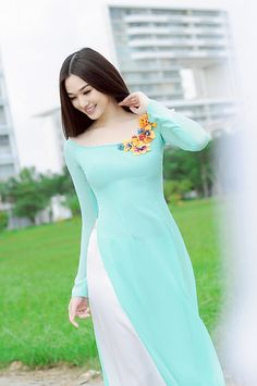 Vietnamese long dress But loved the blue color shadeEntertaintment: Hotgirls and Ao Dai My áo dài mong manh trong gió Indian Gowns Dresses, Indian Fashion Dresses, Dress Indian Style, Indian Designer Outfits, Pakistani Dresses, Designer Dresses, Fashion Outfits, Long Dresses, Blue Dresses