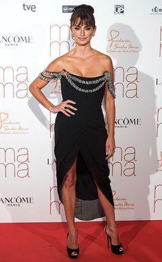 PENÉLOPE CRUZ Hot mama alert! Wearing a stunning LBD, the actress poses for the cameras at the Ma Ma premiere in Spain. #celebrity #redcarpet #penélopecruz