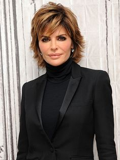 Lisa Rinna Reveals Her Father Frank Has Died: 'Heaven Got a Great Angel' how to cut and style your hair like lisa rinna - Hair Cutting Style Hair Styles For Women Over 50, Short Hair Cuts For Women, Medium Hair Styles, Curly Hair Styles, Haircut For Older Women, Lisa Rinna Haircut, Lisa Hair, Lisa Renna Hair, Shaggy Short Hair