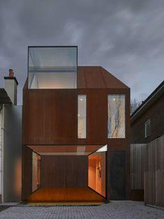 fenêtre design et façade de maison en acier corten