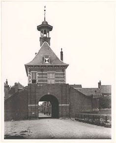 552_325728 De Dalempoort te Gorinchem, gezien naar de stad; links boven poseert een jonge vrouw. - Regionaal Archief Dordrecht Big Ben, City, Building, Travel, Viajes, Buildings, Traveling, City Drawing, Trips