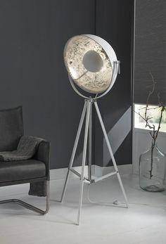 Vloerlamp Movie Star - Wit is een filmset schijnwerper in een luchtig witte kleur en komt uit de collectie van DaViDi Design. Bestel deze industriële lamp vandaag nog bij Furnies.nl!