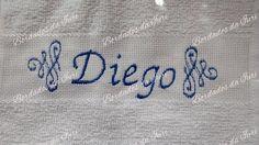 Toalha social Diego. Arabescos laterais e nome na cor azul. Temos outras fontes de letras à sua escolha. Criação Bordados da Iuri.