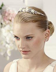 Pronovias presents its T2-2563 bridal headdress. | Pronovias