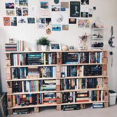 Een paar stenen + wat planken werden 'n boekenkast!!!
