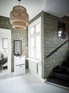 Tapeten Pimpernel från William Morris och lampan Sinnerlig från IKEA.