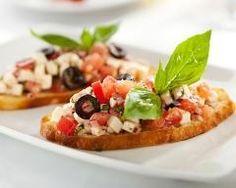 Bruschettas tomates, olives et parmesan : http://www.cuisineaz.com/recettes/bruschettas-tomates-olives-et-parmesan-82060.aspx