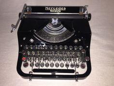 Eine alte und ziemlich seltene mechanische Schreibmaschine der MarkeMercedes, Modell «Selekta», Seriennummer 140019/2 um 1938, Mercedes-Büromaschinen-Werke A.-G. (Zella-Mehlis in Thüringen)Die Schreibmaschine aus einem privaten Museum war nie benutzt, funktioniertreibungslos und befindet sich in einem neuwertigen Zustand mit altersbedingtenGebrauchsspuren. Originalkoffer mit Kofferverschluss, Schlüssel, neu Farbband,Maschinenöl und Reinigungszubehör sind mit dabei. Diese Maschine ist eine…