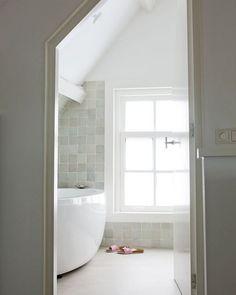 prachtige natuurlijke tegels in de badkamer met verder veel wit - tiles?