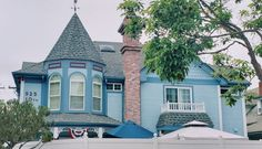 Je vous ai déjà parlé plein de fois de Coronado, magnifique 😍 ville de villégiature.   Mais connaissez vous tous ces manoirs🏰 ? J'ai hâte de vous parler de toutes ces histoires derrière ces murs. Elles nous rappellent que le passé n'est pas si loin, qu'il ne faut pas le ressasser mais ne pas non plus l'oublier...  ✨San Diego: découvrir la ville, s'y installer ou y vivre avec  𝒮𝒶𝓃 𝒟𝒾𝑒𝑔𝑜, 𝒸'𝑒𝓈𝓉 𝒷𝑒𝒶𝓊 !✨  mais surtout...𝗕𝗘 𝗦𝗔𝗙𝗘. Coronado San Diego, Coronado Bridge, Visit San Diego, Coronado Island, Visit California, Road Trip Usa, Cool Pictures, Loin, America