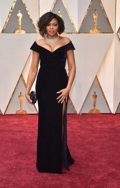 Pura elegancia la de Taraji P. Henson con este vestido de terciopelo negro de Alberta Ferretti.