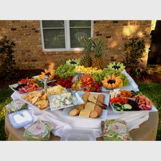 A wedding fruit display that Tracy - Modernes Veggie Display, Cheese Display, Veggie Tray, Catering Display, Catering Ideas, Catering Food, Fruit Platter Designs, Fruit Buffet, Fruit Juice Recipes