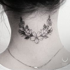 For a crown tattoo? Flower wreath tattoo on the back of the neck. - Little Tattoos for Men and Women Best Neck Tattoos, Up Tattoos, Little Tattoos, Trendy Tattoos, Black Tattoos, Small Tattoos, Tattoos For Guys, Tattos, Wrist Tattoos