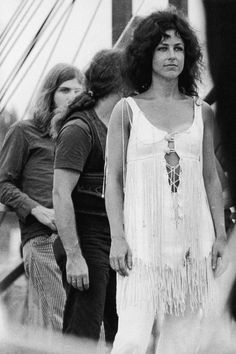 Singer Grace Slick stands before members of Jefferson Airplane in a Bohemian ensemble just off-stage at the 1969 Woodstock Music Festival.Photo Credit: Hulton Archive/Getty Images - via StyleListCanada 1969 Woodstock, Festival Woodstock, Woodstock Music, Grace Slick, Coachella, Flower Power, Woodstock Fashion, Woodstock Outfit, Vintage Festival