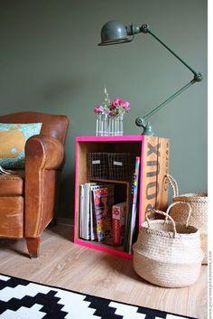 Home Decorating DIY Projects : ♥ Caisse à vin relookée -Read More – Crate Side Table, Side Tables, Decoracion Low Cost, Diy Home Decor, Room Decor, Diy Casa, Creation Deco, Ideias Diy, Deco Design