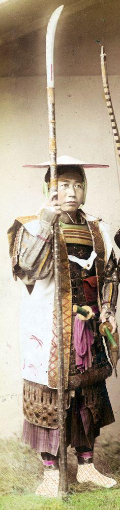 Samurai holding a naginata and wearing a jingasa and jinbaori. Ronin Samurai, Samurai Weapons, Samurai Armor, Geisha, Japanese Warrior, Japanese Sword, Japanese History, Japanese Culture, Vintage Japanese