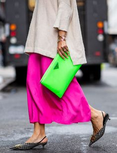 9 Street Style Trends That Will Impact How You Dress This Year Street Style Trends 2019 Neon Bag Neon Outfits, Edgy Outfits, Grunge Outfits, Street Style Trends, Big Fashion, Look Fashion, Modern Fashion Outfits, Casual Chic, Sporty Chic