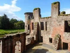 Caerlaverock Castle in southern Scotland. In 1300 Edward I 'Longshanks' besieged it - for 2 days 60 Scots held off direct assaults by over 3,000 English. One of the best recorded sieges in medieval #history & Britain's only triangular castle