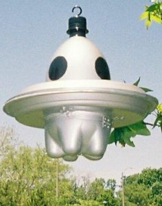 Flying Saucer Bird Houses made from a drink bottle and plastic plates. A great recycle idea.