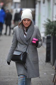 Mucha w czapce i zimowym płaszczu pod