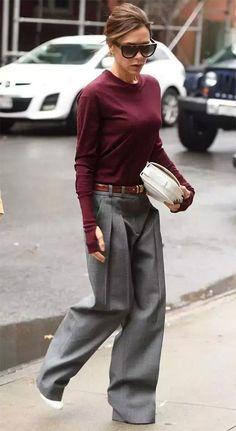 Victoria Beckham usa calça pantalona em alfaiataria e tricot vinho.