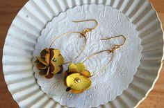 革のお花が集まって、耳元に揺れる小さなポンポン♪ 普段使いができるのも嬉しい、存在感のあるピアスです。 羊皮・淡水パール(ホワイト)使用 【ピアス】真鍮(メッ...|ハンドメイド、手作り、手仕事品の通販・販売・購入ならCreema。