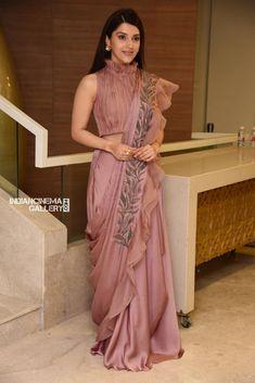 Choli Blouse Design, Saree Blouse Neck Designs, Saree Draping Styles, Saree Styles, Designer Blouse Patterns, Designer Dresses, Saree Designs Party Wear, Stylish Blouse Design, Lehnga Dress