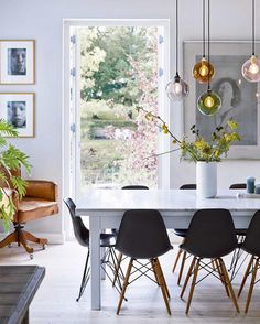Scandinavian dining room with beautiful flowers and branches from the garden. Source by vanessagoscinny Scandinavian dining room with beautiful flowers and branches from the garden. Modern Dining, Room Design, Dining Room Design, Dining Room Interiors, Room Interior, House Interior, Dining Room Decor, Scandinavian Dining Room, Interior Design