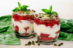 Greek Yogurt Parfaits A classic dessert! Layer sliced strawberries and Greek yogurt in stemless wine glasses and garnish with bran cereal! Healthy Low Calorie Meals, Low Calorie Desserts, Low Calorie Recipes, Healthy Snacks, Healthy Yogurt, Healthy Eats, Healthy Recipes, Yogurt Recipes, Snack Recipes