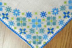 Muy bien hecho a mano vendimia 1960 cruz-puntada bordado tablet/paño de mesa con marco de flor pequeña en colores turqouise azul en fondo blanco del hueso.  Excelente estado vintage - una joyería de poco para la mesa!  Tamaño: 11.75 * 11.5 / 30 * 29.5 cms o pulgadas.