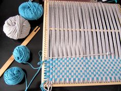 Using a Tunisian hook and multiple warp/weft. Pin Weaving, Weaving Tools, Weaving Projects, Weaving Art, Weaving Patterns, Tapestry Weaving, Loom Weaving, Diy Crochet And Knitting, Loom Knitting