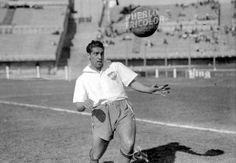 """El inolvidable Rinaldo """"Mamucho"""" Martino, campeón uruguayo con Nacional en 1950. Crack en todos los clubes en los que actuó, fue además un fanático del tango, fundador y propietario del mítico reducto bonaerense """"Caño 14"""". Quienes lo vieron jugar coinciden en un adjetivo: """"exquisito"""". Todo dicho. [Gracias a Pueblo Tricolor por la foto]"""