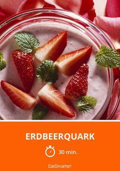 Erdbeerquark - kalorienarm - einfaches Gericht - So gesund ist das Rezept: 8,0/10 | Eine Rezeptidee von EAT SMARTER | Obst, Dessert, Creme, Obstdessert, Vegetarisch #kräuter #gesunderezepte Eat Smarter, Creme, Pudding, Desserts, Food, Lemon Balm, Fruit, Healthy Recipes, Easy Meals