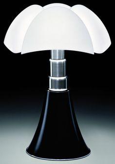 Al jaren verliefd op de Pipistrello black van Gae Aulenti! Interior Lighting, Decor Interior Design, Modern Lighting, Lighting Design, Furniture Design, Id Design, Deco Design, House Design, Luminaire Design