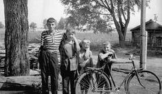 Деревенские дети, 20 июня 1972 - 20 августа 1972, Мордовия, Ковылкинский р-он. Второй мальчик слева - Алексей Кузнецов - приехал в деревню на лето. Фотография из архива Владимира Карлова. Couples, Couple Photos, Couple Shots, Romantic Couples, Couple, Couple Pics