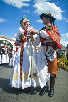 Hanácky svatební kroj Anglo Saxon History, Costumes Around The World, Art Populaire, Folk Costume, Beautiful Patterns, Fashion History, Traditional Dresses, Wedding Colors, Harajuku
