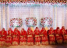 Le spose di un matrimonio collettivo per ventidue coppie musulmane a Mumbai, in India. Nel paese, i matrimoni di massa sono organizzati per aiutare le famiglie più povere che non possono sostenere le spese per la cerimonia. - (Rajanish Kakade, Ap/Ansa)
