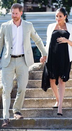 Meghan ditches her jeans and t-shirt for a LBD and a white blazer The Duchess of Sussex offered up a quick change as she joined Prince Harry for a whirlwind final day of engagements in Morocco on Monday. Prinz Harry Meghan Markle, Meghan Markle Prince Harry, Prince Harry And Megan, Princess Diana Family, Princess Meghan, Maternity Wear, Maternity Fashion, Maternity Dresses, Meghan Markle Style
