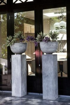 like these cement pillars and planters - Stoer zuil met Betonlook. Diy Concrete Planters, Concrete Garden, Diy Planters, Succulent Planters, Succulents Garden, Cement Art, Concrete Crafts, Art Concret, Beton Design