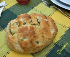 Pagnottina alle olive. Mi sono resa conto che, nonostante faccia il pane alle olive molto spesso, in quasi 6 anni di Blog, non ho mai condiviso la ricetta.