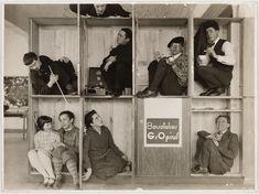 * Portrait de groupe de Walter Gropius et ses étudiants dans le studio de Gropius au Bauhaus, Dessau, Allemagne. 1928 photo Edmund Collein