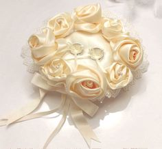 使ってない指輪、どこに保管していますか?結婚式で使うリングピローは、式の後もリングを置いておくのにぴったり!インテリアとして部屋に飾ってもかわいい、オシャレなリングピローをピックアップしました。