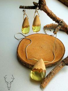 Комплект из кулона и серьг, выполненный из дерева и эпоксидной смолы, ручная работа
