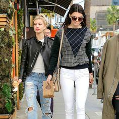 Muitas vezes as celebridades saem na rua com um look incrível, com a cara de custar uma fortuna, mas que é uma verdadeira pechincha. E para provar para você que não é preciso ter uma conta bancária absurda para ter estilo e se vestir como as celebs que a gente mais ama, escolhemos 30 peças que elas adoram e que você pode encontrar por menos R$100! Não tem desculpa para não arrasar em TODAS as produções, corre pra ver:  Kendall Jenner: Camisa Jeans + Calça Jeans + Tênis      Cara Delevingne…