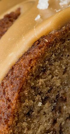 Banana Pound Cake with Salted Toffee Icing – Desserts World Dessert Bread, Dessert Recipes, Baking Desserts, Cake Baking, Health Desserts, Christmas Pound Cake Recipe, Banana Pound Cakes, Pound Cake Recipes, Banana Recipes