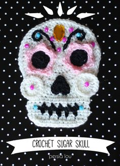 Skull Pattern With Free Tutorial - Darice This crochet skull pattern is fun to make & personalize! Sew one onto a pillow or tote bag, work up a whole bunch for a garland, or frame a favorite. Crochet Skull Patterns, Halloween Crochet Patterns, Crochet Motif, Crochet Yarn, Knitting Patterns, Crochet Garland, Crochet Appliques, Yarn Flowers, Crochet Flowers