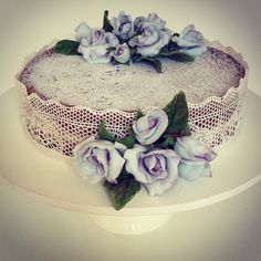 Beautiful naked cake with sugar veil and sugar lilac roses. Confiserie de Lu #cake