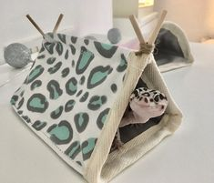 The snooze tent is a hide for a Leopard gecko or similar size small pet. Leopard Gecko Cage, Leopard Gecko Terrarium, Lepord Gecko, Leopard Gecko Habitat, Lizard Habitat, Terrarium Reptile, Leopard Gecko Setup, Cute Lizard, Cute Gecko